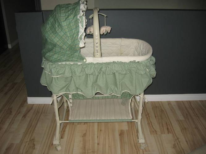 BABY BASSINET, NIGHT LIGHT, MOBILE AND VIBRATIONS *FREE VTEC*