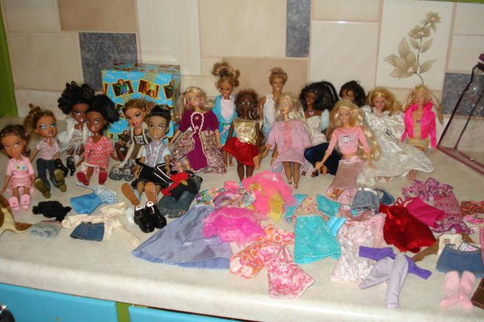 barbies and bratz with clothes