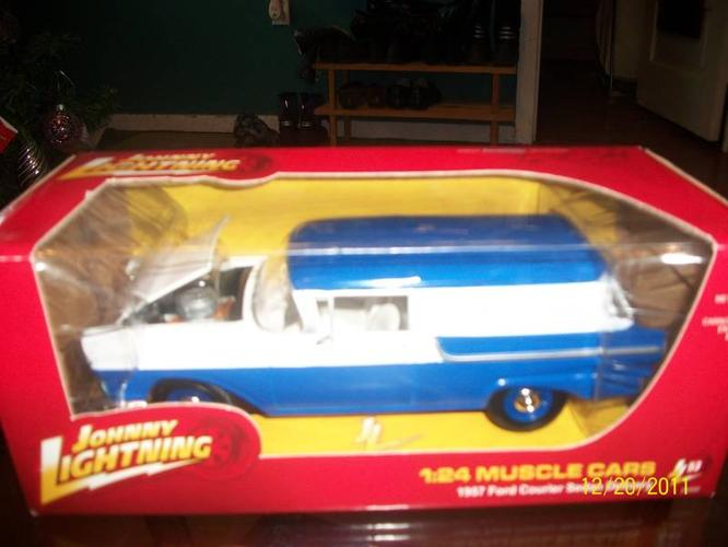 Johnny Lightning White Lightning1/24 1957 Ford Courier Sedan-