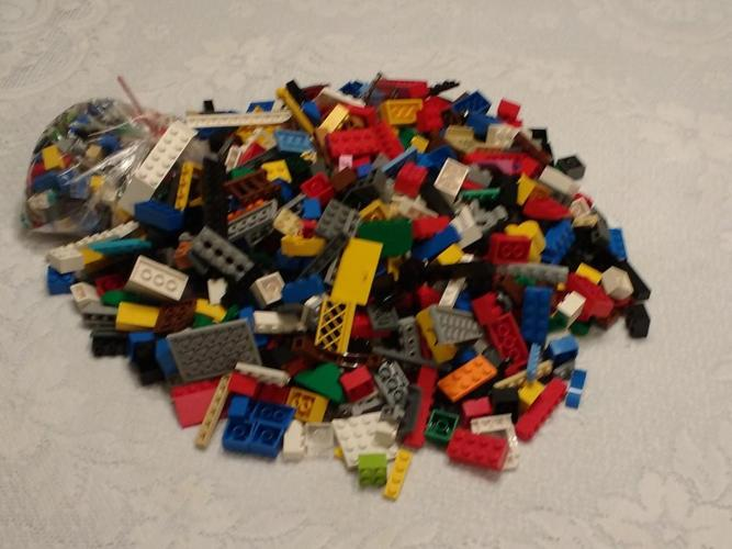 LOT OF ASSORTED LEGO PIECES (LOT 3)