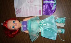 Princess Ariel is ready to star in her first ballet recital! Practice for the Royal Event by spinning her round and round. With a charming ballet dress and slippers, and a beautiful up-do fit for a ballerina, Princess Ariel will dance her way into your