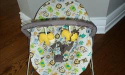 Trend EZ Bouncer - Safari Escape Très bonne condition / very good condition Removable toy bar Includes 2 toys Enhances eye-hand coordination with 2 hanging toys to reach, bat and grasp 3-point safety harness 5 melodies and 3 soothing sounds with volume
