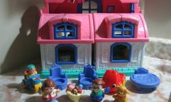 It sounds like there's always somebody home in the Sweet Sounds Home. With the phone ringing, the kitchen timer dinging and much more, this friendly Fisher-Price home is full of activity. Coupled with your child's imagination, a Little People family of