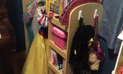 Perfect condition, mirror on one side, storage on the other and a place for all the dresses in the middle!