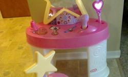 The push-button radio has 6 pre-set songs to sing along with, plus an applause button for encore performances. ? Lighted star-shaped mirror also glows in the dark, spotlighting the singer. This toy encourages Social and Emotional Development + Imaginative