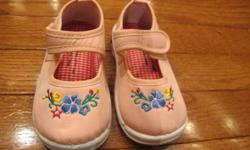 NEW girls squeeky shoes; removable squeekers.  Size 7.  From smoke free home; see sellers' other ads.